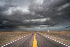 Gewitter, das über das Grasland sich bewegt Lizenzfreies Stockfoto