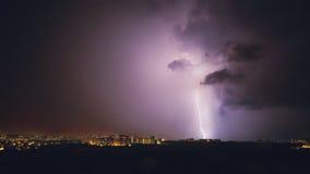 Gewitter in den purpurroten Tönen in der Nacht Stockfoto