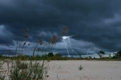 Gewitter in der Monsunzeit über dem Feld Lizenzfreie Stockfotos