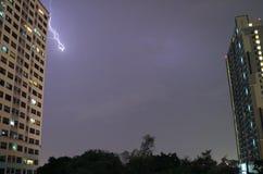 Gewitter in der Stadt!! Wirklicher Blitz, der über den Hochhäusern im nächtlichen Himmel von Bangkok blitzt Stockfoto