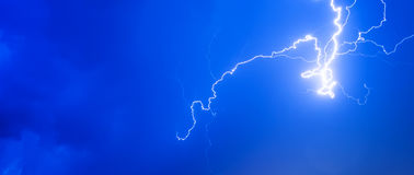 Gewitter donnern Sommerregen der Wolken des Blitznächtlichen himmels bewölkten, Hintergrundpanorama und mit Raum für Text Lizenzfreie Stockbilder