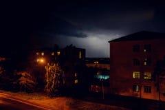 Gewitter mit Blitz über den Häusern am Wohngebiet an Moskau-Vorort Lizenzfreie Stockfotos