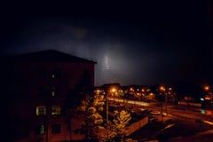 Gewitter mit Blitz über den Häusern am Wohngebiet an Moskau-Vorort Lizenzfreie Stockbilder