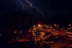Gewitter mit Blitz über den Häusern am Wohngebiet an Moskau-Vorort Stockfotografie