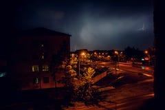 Gewitter mit Blitz über den Häusern am Wohngebiet an Moskau-Vorort Stockfotos