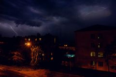 Gewitter mit Blitz über den Häusern am Wohngebiet an Moskau-Vorort Stockfoto