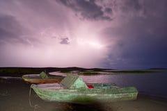 Gewitter mit Blitz auf dem See Stockfotos