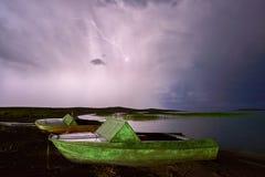 Gewitter mit Blitz auf dem See Lizenzfreies Stockfoto