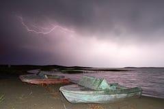 Gewitter mit Blitz auf dem See Stockfoto