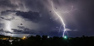 Gewitter mit Blitzbolzen auf der thailändischen Insel Stockbild