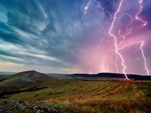 Gewitter mit Blitzen über den Feldern Lizenzfreie Stockfotos