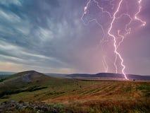 Gewitter mit Blitzen über den Feldern Stockfoto