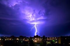 Gewitter nachts in der Stadt Stockfoto