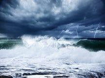 Gewitter und Blitz auf dem Strand Stockbild