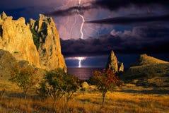 Gewitter und Blitz auf den Hügeln, Krim Stockbilder