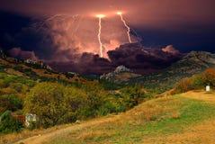 Gewitter und Blitz auf den Hügeln, Krim Lizenzfreie Stockfotos
