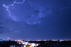 Gewitterbeleuchtung läuft in den blauen aufspaltenden Himmel weg und schlug Stockbilder