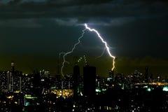 Gewitterbeleuchtungsbolzen auf dem horizontalen Himmel und dem Stadtbild Lizenzfreies Stockfoto