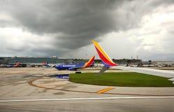 Gewitterformen über dem Fort Lauderdale-Flughafen Stockfotos