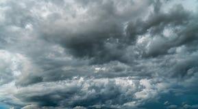 Gewitterhimmel Regenwolken lizenzfreie stockfotos