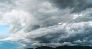 Gewitterhimmel Regenwolken stockfotografie