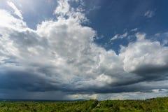 Gewitterhimmel Regenwolken lizenzfreies stockbild