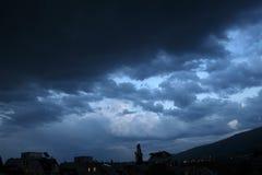 Gewitterlichter Heller Blitzgewitterschein von der Wolke Gefährlicher elektrischer Blitz Levin oder Szintillation Stockfoto