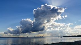Gewitterwolke über Bimsstein-Durchgang von Bribie-Insel in Queensland Australien, das über Wasser in Richtung des Glashausberges  lizenzfreies stockfoto