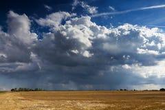 Gewitterwolke über einem geernteten Feld Stockfotos