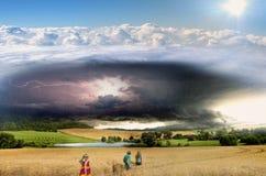 Gewitterwolke, Blitz und Regen über dem Teich und den Weizenfeldern Stockbild