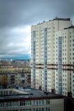 Gewitterwolken in der Stadt Stockfoto