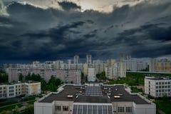 Gewitterwolken im Himmel ?ber der Stadt stockbilder