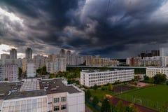Gewitterwolken im Himmel ?ber der Stadt stockfotografie