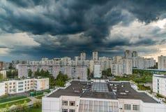 Gewitterwolken im Himmel ?ber der Stadt stockfotos