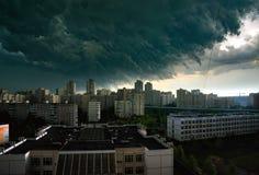 Gewitterwolken im Himmel ?ber der Stadt lizenzfreie stockbilder