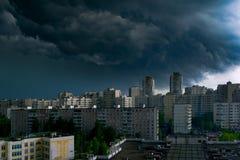 Gewitterwolken im Himmel ?ber der Stadt stockfoto