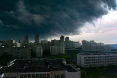 Gewitterwolken im Himmel ?ber der Stadt lizenzfreies stockfoto