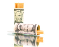 Gewohnheit. Geld und Zigaretten auf einer weißen Hintergrundnahaufnahme. Lizenzfreies Stockfoto