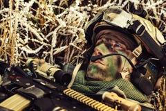 Gewonde militairen die op de grond liggen en omhoog de hemel bekijken Stock Fotografie