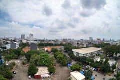 Gewone cityscape van Djakarta met duidelijke zonnige dagen stock foto's