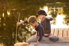 Gewone kinderen die met stokken in handen zitten Royalty-vrije Stock Foto's