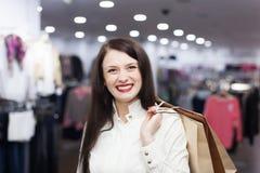 Gewone vrouw bij kledingsopslag Stock Foto