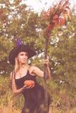 Gewoon meisje in heksenkostuum met bezemsteel Stock Afbeeldingen