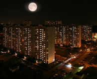 Gewoonde in kwarten van nachtstad. stock foto's