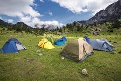 Geworfene Zelte im Gebirgstal Lizenzfreie Stockfotos