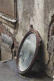 Geworfener heraus alter Spiegel Stockfotos