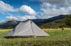 Geworfenes Zelt mit Bergen im Hintergrund lizenzfreie stockfotos