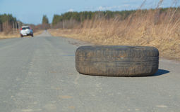 Geworpen op het wegwiel, de verontreiniging Stock Fotografie