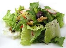 Geworpen salade op een witte plaat Royalty-vrije Stock Fotografie