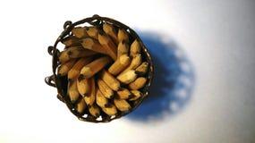 Gewundene Bleistifte und Bleistiftkasten Stockfoto